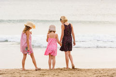 3 zusters bevinden zich op beachfront die de oceaan onder ogen zien Stock Foto