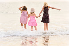 3 zusters bevinden zich op beachfront die de oceaan onder ogen zien Stock Afbeelding