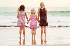 3 zusters bevinden zich op beachfront die de oceaan onder ogen zien Stock Afbeeldingen