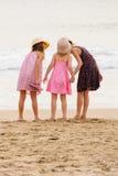 3 zusters bevinden zich op beachfront die de oceaan onder ogen zien Het fluisteren in sis Stock Afbeeldingen