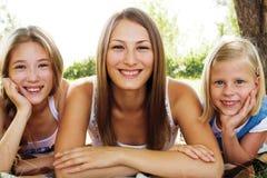zusters die de zomer in het park rusten Stock Foto