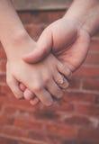 Zusters die handen houden royalty-vrije stock foto's