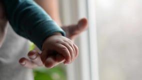 Zusters die handen houden overhandig de slaapbaby in de hand van vaderclose-up Liefdefamilie stock videobeelden