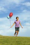 Zusters die met Ballons lopen Stock Foto's