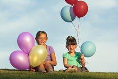 Zusters die met Ballons lopen Stock Foto