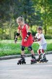 Zusters die in park schaatsen stock foto