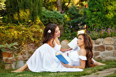 Zusters gelezen boeken Stock Afbeeldingen