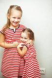 Zusters met kapsels en zelfde kleding die pret hebben stock fotografie
