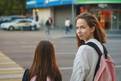 Zusters op stadsstraat crosswalk stock afbeeldingen