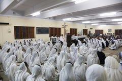 Zusters van de Missionarissen van Liefdadigheid bij Massa in de kapel van het Moederhuis, Kolkata Royalty-vrije Stock Foto