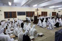 Zusters van de Missionarissen van Liefdadigheid bij Massa in de kapel van het Moederhuis, Kolkata Stock Foto