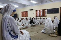 Zusters van de Missionarissen van Liefdadigheid bij Massa in de kapel van het Moederhuis, Kolkata Stock Foto's