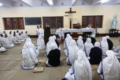 Zusters van de Missionarissen van Liefdadigheid van Moeder Teresa bij Massa in de kapel van het Moederhuis, Kolkata Royalty-vrije Stock Afbeeldingen