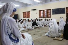 Zusters van de Missionarissen van Liefdadigheid van Moeder Teresa bij Massa in de kapel van het Moederhuis, Kolkata Stock Fotografie