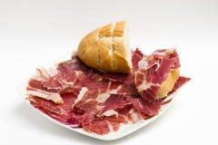 Zuteilung des iberischen Schinkens mit Brot stockfoto