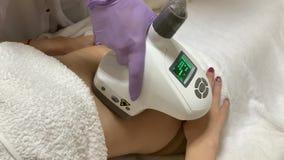 Zutreffen des transparenten Lacks Cosmetologist macht eine Frau lpg-Massage auf dem Magen stock video