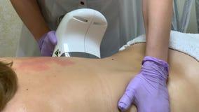 Zutreffen des transparenten Lacks Cosmetologist macht eine Frau lpg-Massage auf der R?ckseite stock video footage