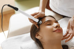 Zutreffen des transparenten Lacks Frau, die Gesichtssauerstoff Jet Peeling Treatment erhält lizenzfreie stockbilder