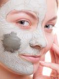 Zutreffen des transparenten Lacks Frau, die Lehmmaske auf Gesicht anwendet Badekurort Stockbild