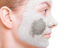 Zutreffen des transparenten Lacks Frau, die Lehmmaske auf Gesicht anwendet Badekurort Stockbilder