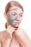 Zutreffen des transparenten Lacks Frau, die Lehmmaske auf Gesicht anwendet Badekurort Stockfotografie