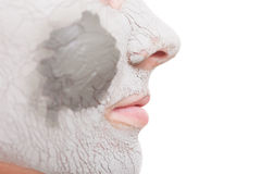 Zutreffen des transparenten Lacks Frau, die Lehmmaske auf Gesicht anwendet Badekurort Lizenzfreies Stockfoto
