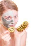 Zutreffen des transparenten Lacks Frau, die Lehmmaske auf Gesicht anwendet Badekurort Lizenzfreie Stockbilder