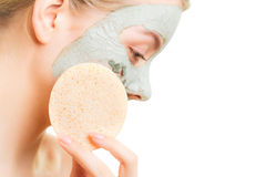 Zutreffen des transparenten Lacks Frau, die Lehmschlamm-Gesichtsbehandlungsmaske entfernt Stockfoto