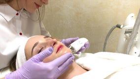 Zutreffen des transparenten Lacks Frau im Cosmetologysalon erhalten lpg-Massage auf ihrem Gesicht stock footage