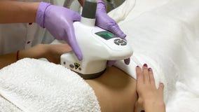 Zutreffen des transparenten Lacks Frauenentspannung, LPG-Hardware-Massage an der Sch?nheitsklinik erhalten Berufskosmetikerfunkti stock video