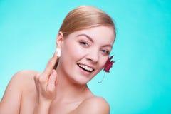 Zutreffen des transparenten Lacks Gesicht des Mädchens der jungen Frau mit Rotahornblatt Lizenzfreie Stockfotos