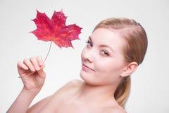 Zutreffen des transparenten Lacks Porträt des Mädchens der jungen Frau mit Rotahornblatt Lizenzfreies Stockbild
