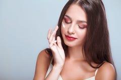Zutreffen des transparenten Lacks Schönheitsgesicht der Frau mit kosmetischer Creme auf Gesicht app lizenzfreie stockbilder