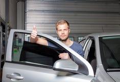 Zutreffen, Folie auf ein Autofenster abtönend lizenzfreie stockbilder