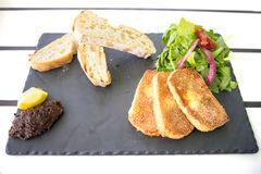 Zutritt-Mahlzeit Saganaki und gegrillter Käse stockfotografie