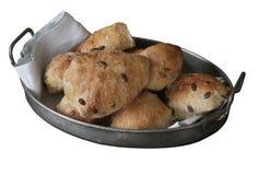 Zuurdesem eigengemaakte broodjes met zaden die in oude antieke metaalmand liggen met servet - rustieke kwaliteit Geïsoleerd op wi royalty-vrije stock fotografie
