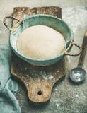 Zuurdesem voor het bakken van eigengemaakt brood Royalty-vrije Stock Afbeeldingen