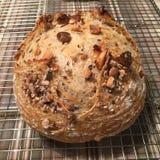 Zuurdesembrood met noten stock foto's