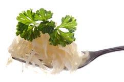Zuurkool en peterselie op een vork Stock Afbeeldingen