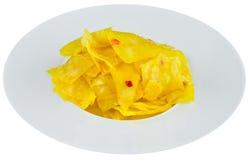 Zuurkool met bieten in witte plaat Stock Foto's