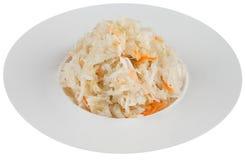 Zuurkool met bieten in witte plaat Stock Foto