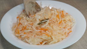Zuurkool met wortel, laurierblad en pimentbes stock videobeelden