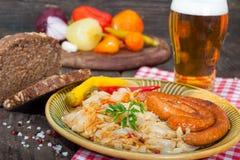 Zuurkool, worsten en bier Stock Fotografie