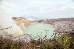 Zuurrijk kratermeer bij Cava Ijen-vocalnokrater, Oost-Java, Indonesië stock afbeelding