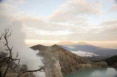 Zuurrijk kratermeer bij Cava Ijen-vocalnokrater, Oost-Java, Indonesië stock foto