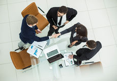 Zuverlässige HändedruckTeilhaber nach der Diskussion über das Finanzierungsabkommen im Büro stockfoto