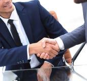 Zuverlässige Partner des Händedrucks im Büro Stockfotografie