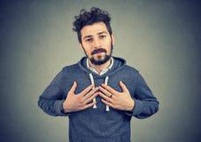 Zuverlässiger Mann hält Hände auf Kasten nahe Herzen, Shows, die Güte aufrichtige Gefühle ausdrückt lizenzfreie stockfotos