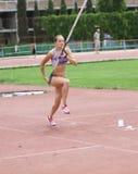 Zuzina Olga compite en la competición del salto con pértiga Imagen de archivo libre de regalías