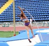 Zuzina Olga compite en la competición del salto con pértiga Imagenes de archivo